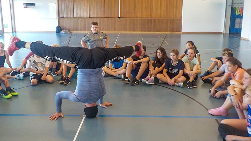 Breakdance-Vorführung in der Turnhalle